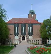 Kuvassa Lahden kaupungintalo uljkoa puistosta kuvattuna.