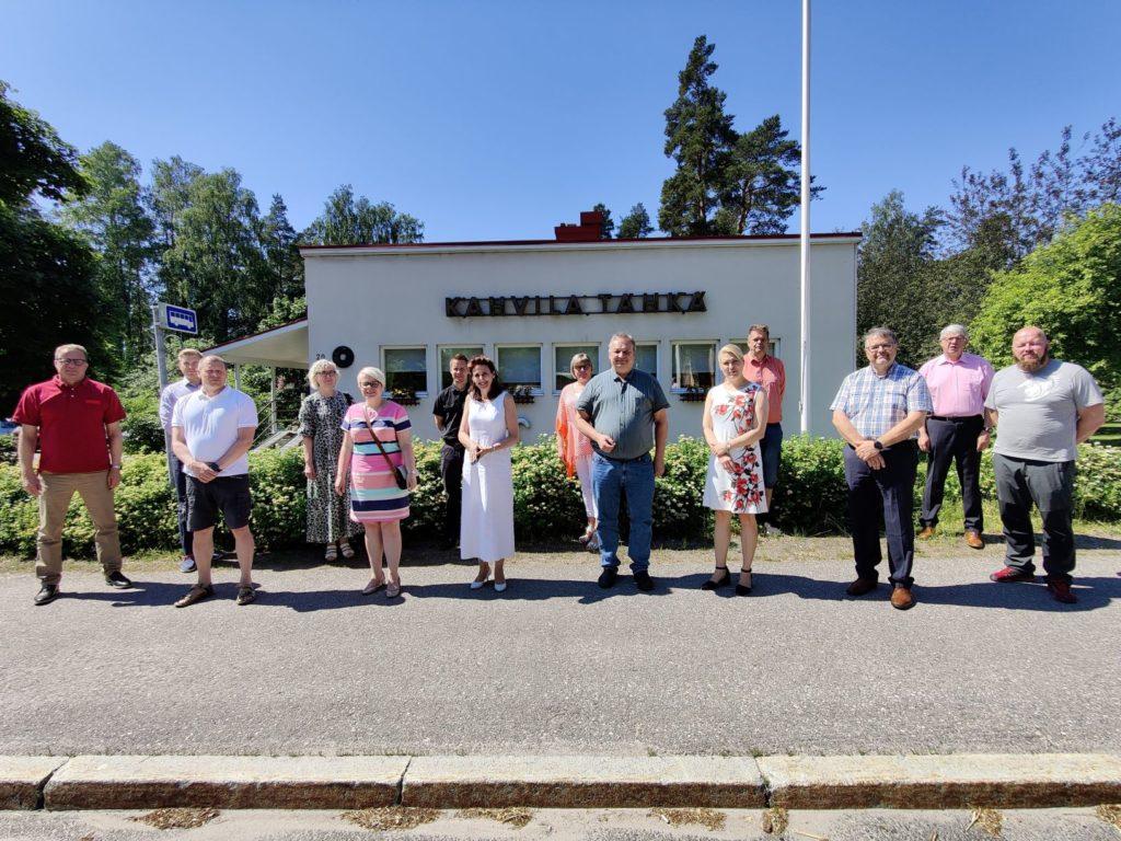 Päijät-Hämeen kuntajohtajat seisovat rivissä turvavälein Kahvila Tähkän edessä Kärkölässä.
