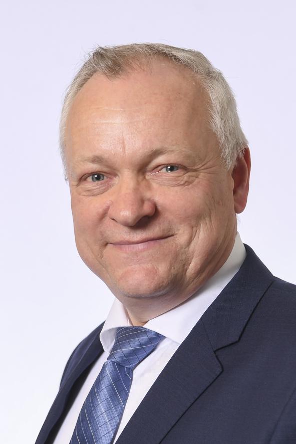 Päijät-Hämeen kansanedustaja Kalle Jokinen. Kasvokuva. Vaaleahiuksinen mies. Yllään tummansininen puku, valkoinen paita ja kiiltävä, sininen solmio.