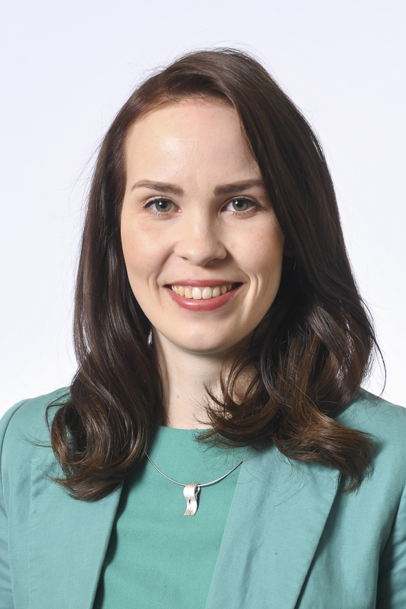 Päijät-Hämeen kansanedustaja Hilkka Kemppi. Nuori hymyilevä nainen, jolla pitkät tummat hiukset ja vihreä jakku, jonka alla vihreä paita. Kaulassa hopeariipus.