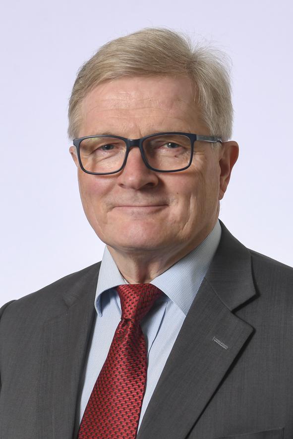 Hämeen vaalipiirin kansanedustaja Johannes Koskinen. Kasvokuva. Vaaleahiuksinen mies, jolla yllään tumman harmaa puku, vaaleansininen paita ja kiiltävä punainen solmio.