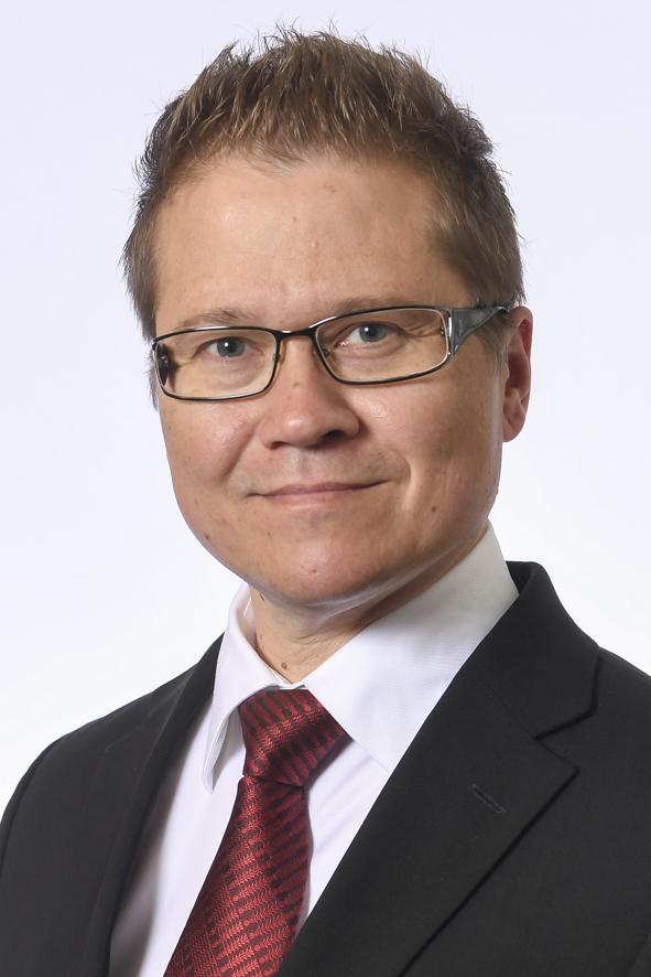 Päijät-Hämeen kansanedustaja Rami Lehto. Kasvokuva. Ruskeahiuksinen mies, silmälasit. Yllään tumma puku, valkoinen paita ja kiiltävä punainen solmio.