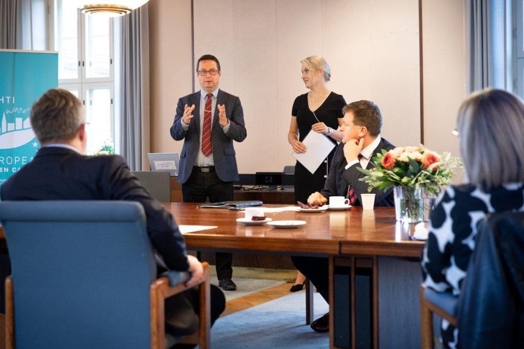 Kokoushuoneessa pöydän ääressä istuvat ministerit Ville Skinnari ja Aino-Kaisa Pekonen. Seisomassa Päijät-Hämeen maakuntahallituken pjuheenjohtaja, kansanedustaja Mika Kari ja maakuntajohtaja Laura Leppänen.