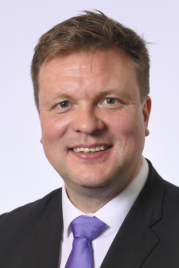 Päijät-Hämeen kansanedustaja Ville Skinnari. Tummahiuksinen keski-ikänien mies, jolla tumma puvuntakkii, valkoinen paita ja liila solmio.