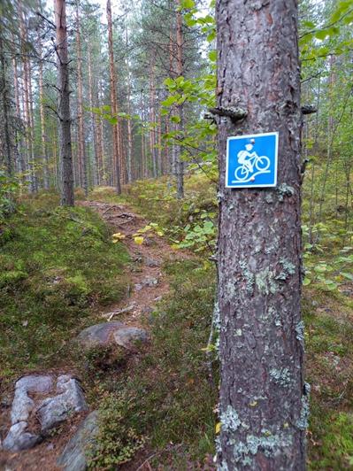 Maastopolkureitti on merkattu sinisellä maastopyöräilysymbolilla.