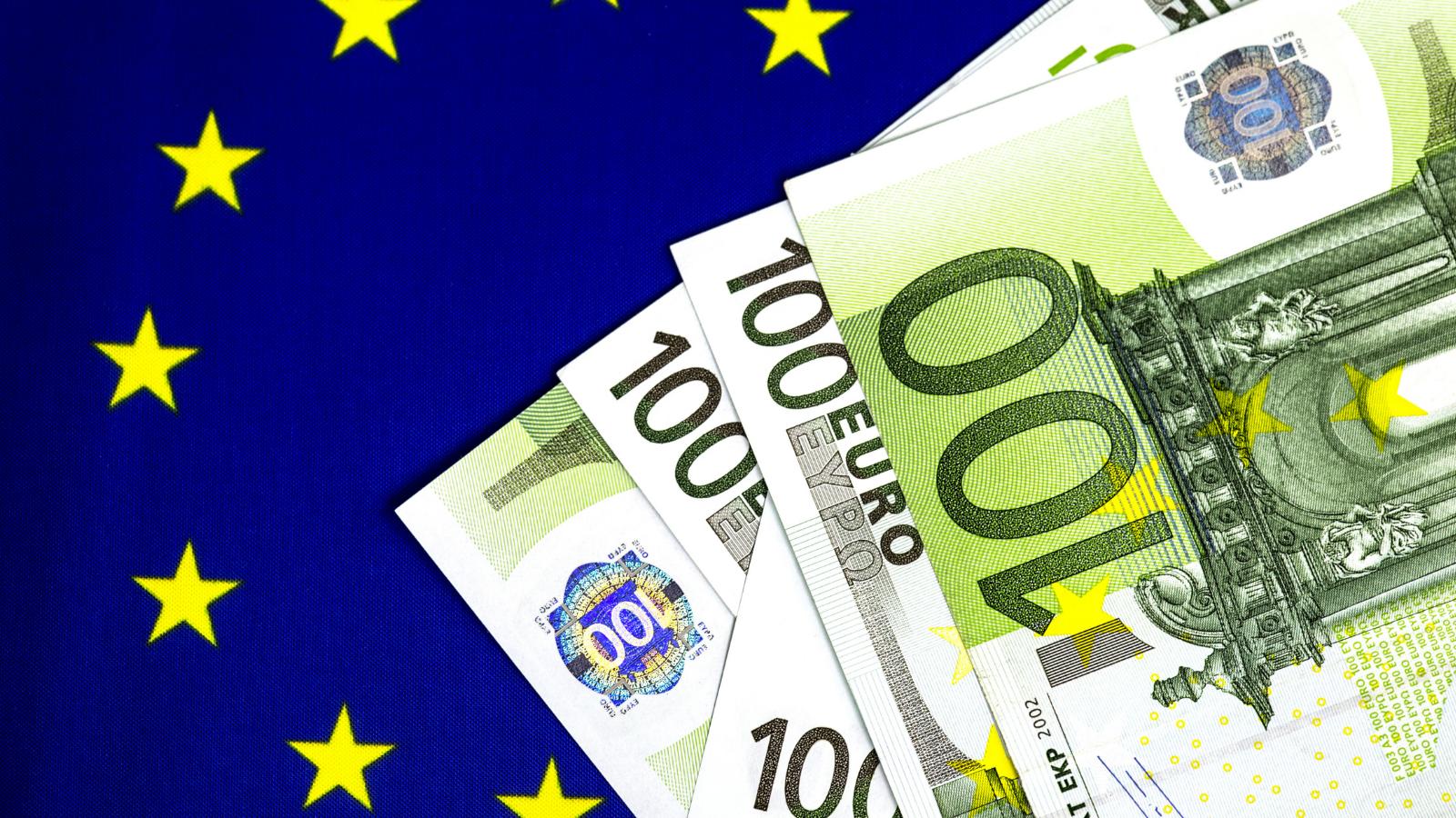 Eurolippu ja nippu sadan euron seteleitä